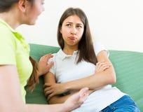 Adolescente que conforta a su novia Imagenes de archivo