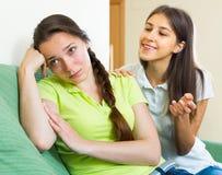 Adolescente que conforta a su novia Fotografía de archivo