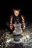 Adolescente que conjura cerca de la pirámide del guijarro Fotografía de archivo