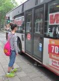 Adolescente que consigue en el autobús Imágenes de archivo libres de regalías