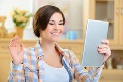 Adolescente que conversa en línea Imagenes de archivo