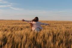 Adolescente que corre en campo amarillo Fotografía de archivo