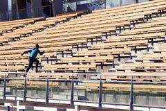 Adolescente que corre en escaleras Fotografía de archivo