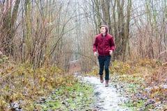 Adolescente que corre en la demostración en el invierno al aire libre Foto de archivo libre de regalías