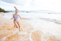 Adolescente que corre en la playa Fotografía de archivo libre de regalías