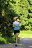 Adolescente que corre en la trayectoria Imagen de archivo