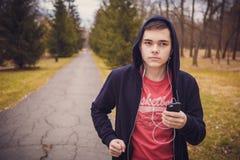 Adolescente que corre en parque Imagenes de archivo
