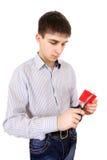Adolescente que corta una tarjeta de crédito Imagen de archivo