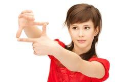 Adolescente que crea un marco con los fingeres Imagenes de archivo