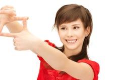 Adolescente que crea un marco con los fingeres Imagen de archivo