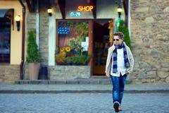 Adolescente que cruza la calle de la ciudad vieja Fotos de archivo