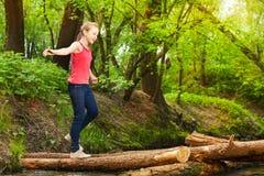 Adolescente que cruza un río para alcanzar el otro lado Fotografía de archivo