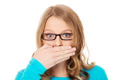 Adolescente que cubre su boca Imagen de archivo