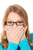 Adolescente que cubre su boca Fotografía de archivo libre de regalías