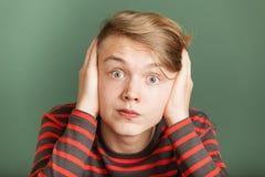 Adolescente que cubre sus oídos Fotografía de archivo libre de regalías
