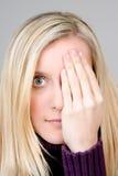 Adolescente que cubre un ojo Imagen de archivo
