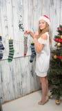 Adolescente que cuelga calcetines del Año Nuevo y de la Navidad Fotos de archivo
