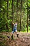 Adolescente que cuelga un árbol de pino Fotografía de archivo libre de regalías