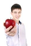 Adolescente que da Apple Imagen de archivo