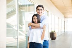 Adolescente que da un abrazo a la novia en el centro comercial Imagen de archivo