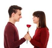 Adolescente que da una flor a su novia Fotos de archivo libres de regalías