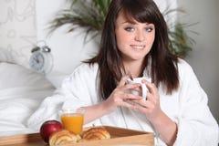 Adolescente que desayuna Foto de archivo