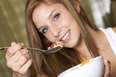 Adolescente que desayuna Fotos de archivo