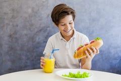 Adolescente que desayuna en casa Imagen de archivo
