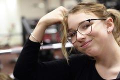 Adolescente que descansa en gimnasio Imagenes de archivo