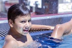 Adolescente que descansa en la piscina al aire libre Imagen de archivo libre de regalías