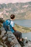 Adolescente que descansa en las montañas Imagen de archivo