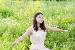 Adolescente que descansa sobre prado de la flor Imagenes de archivo