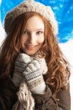 Adolescente que desgasta la ropa caliente del invierno Fotografía de archivo