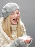 Adolescente que desgasta la ropa caliente del invierno en estudio Imágenes de archivo libres de regalías