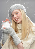 Adolescente que desgasta la ropa caliente del invierno en estudio Fotos de archivo