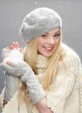 Adolescente que desgasta la ropa caliente del invierno en estudio Fotos de archivo libres de regalías