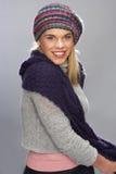 Adolescente que desgasta la ropa caliente del invierno en estudio Fotografía de archivo libre de regalías