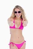 Adolescente que desgasta un traje de baño y las gafas de sol Fotografía de archivo libre de regalías