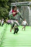 Adolescente que despide en un Stonehenge inflable Imagen de archivo