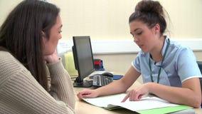 Adolescente que discute notas con la enfermera In Surgery almacen de metraje de vídeo