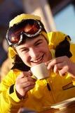 Adolescente que disfruta de la bebida caliente en café Imagen de archivo libre de regalías