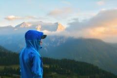 Adolescente que disfruta de la puesta del sol en las montañas, montañas italianas, Sestriere Imagen de archivo libre de regalías