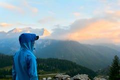 Adolescente que disfruta de la puesta del sol en las montañas, montañas italianas, Sestriere Foto de archivo
