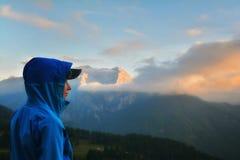 Adolescente que disfruta de la puesta del sol en las montañas, montañas italianas, Sestriere Fotos de archivo