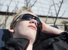 Adolescente que disfruta de los primeros rayos de sol de las primaveras Fotografía de archivo