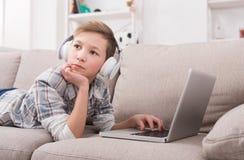 Adolescente que disfruta de música en auriculares en casa Fotos de archivo libres de regalías