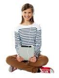 Adolescente que disfruta de música a través de los auriculares Imagenes de archivo