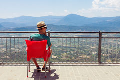 Adolescente que disfruta de paisaje montañoso Foto de archivo libre de regalías