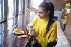 Adolescente que disfruta de su descanso para tomar café Foto de archivo libre de regalías