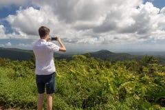 Adolescente que disfruta de una vista del paisaje tropical en Guadalupe, del Caribe Fotos de archivo libres de regalías